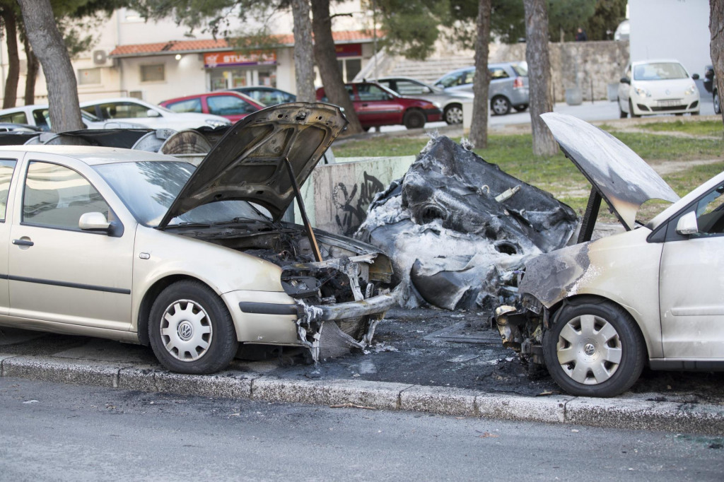 Vatra s plastičnih kontejnera proširila se na dva parkirana automobila