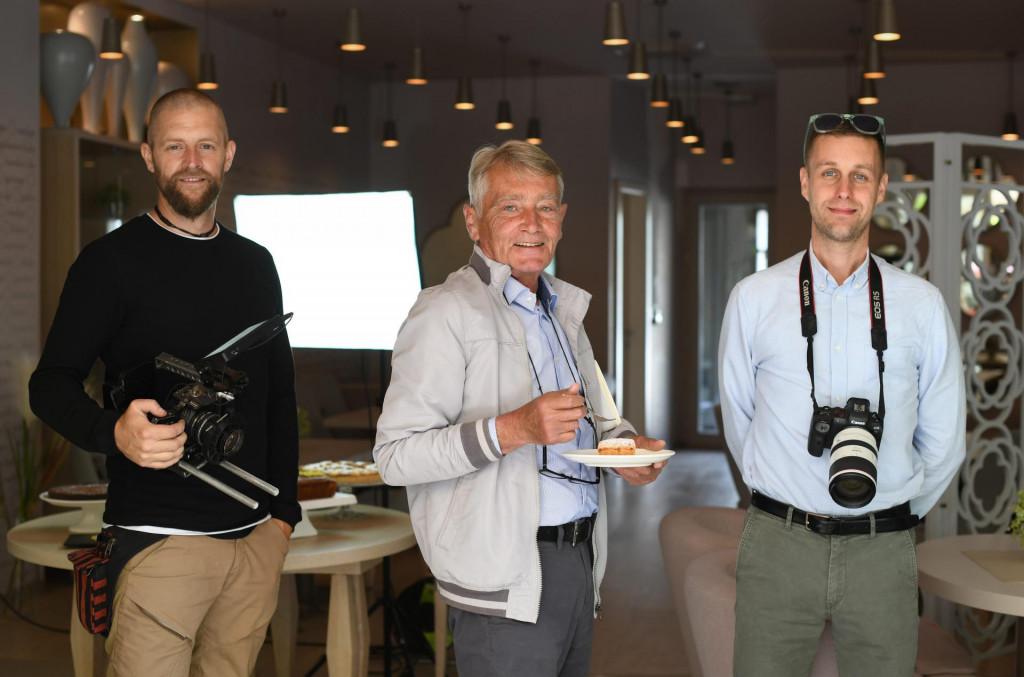 Zadar, 130521.<br /> Mario Vuksan danas je s ekipom snimao kolace za Turisticku zajednicu u ART Kavani u zgradi Pegli.<br /> Na fotografiji: (s lijeva) Igor Goic, Mario Vuksan i Filip Brala.<br />