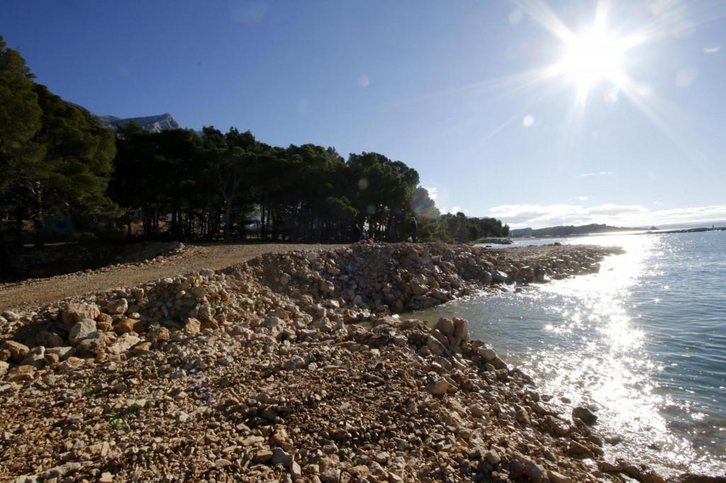 Nasipanje plaže ispred hotela Romana na makarskom predjelu Biloševac