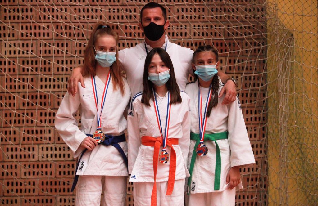 Judo klub Konavle Cavtat - osvajači medalja (Petra Đurković, Dora Obradović i Ana Schmuch) s trenerom Matkom Klarićem