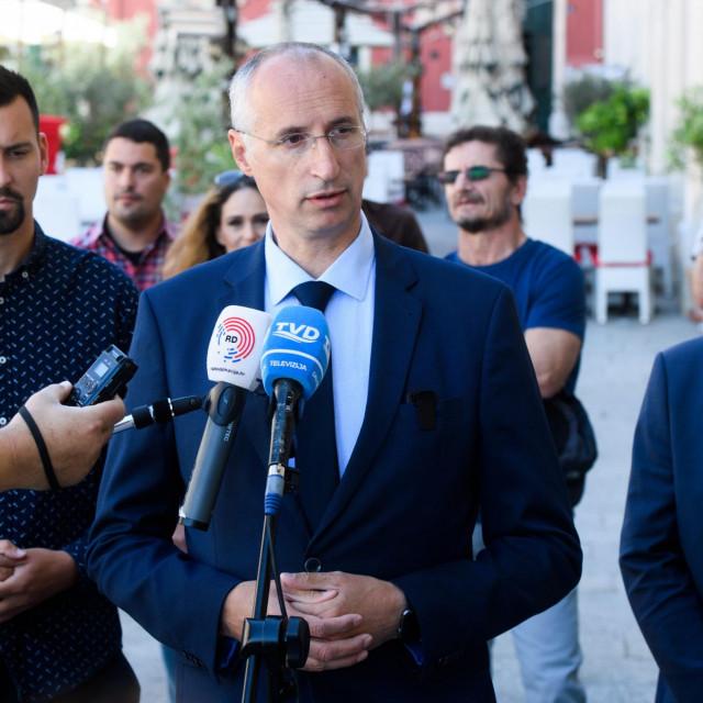 Bojan Ivošević, Ivica Puljak i Antonio Kuzmanić na konferenciji za novinare na Prokurativama