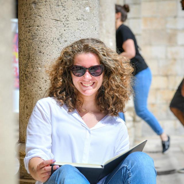Specijal DV Dubrovnik, 24.05.2021. Nadarena mlada slikarica Dora Perucic s majkom Ivanom.