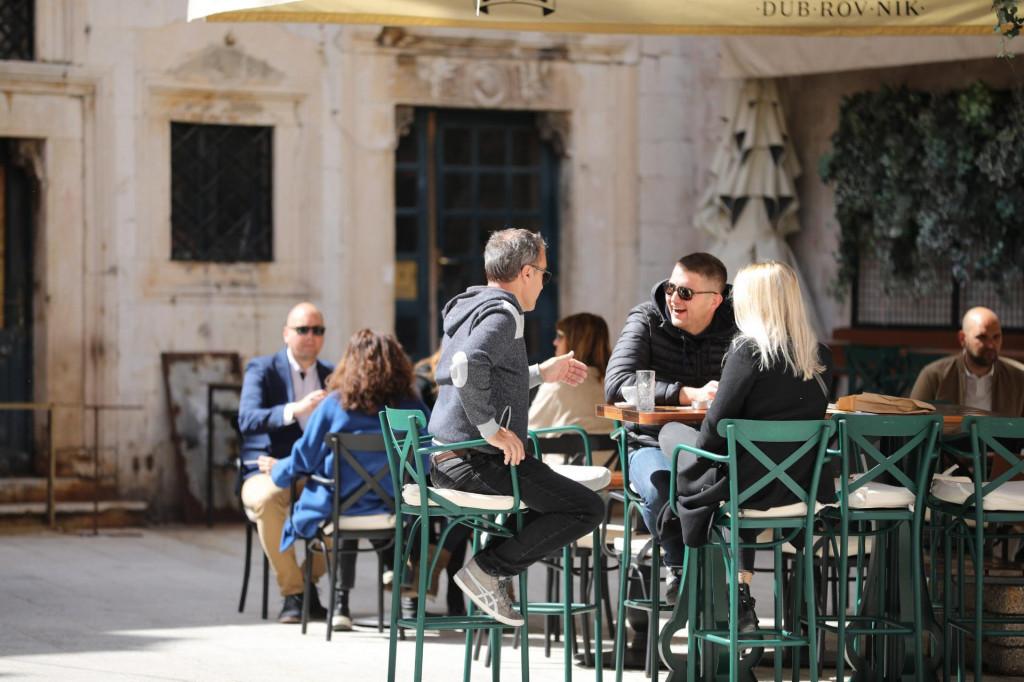 Kafići će i dalje raditi samo na terasama