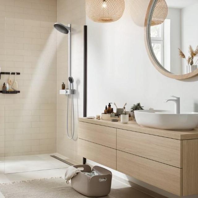 hansgrohe Pulsify showerpipe tuš sustav + RainDrain Match tuš kanalica + WallStoris kupaonski pribori + Vivenis miješalica za umivaonik