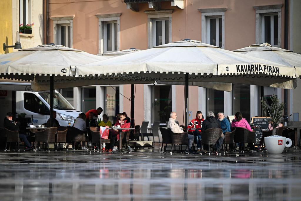 Prizor iz slovenskog Pirana; ljudi su jedva dočekali otvaranje terasa kafića, idući tjedan će se moći družiti i u zatvorenom