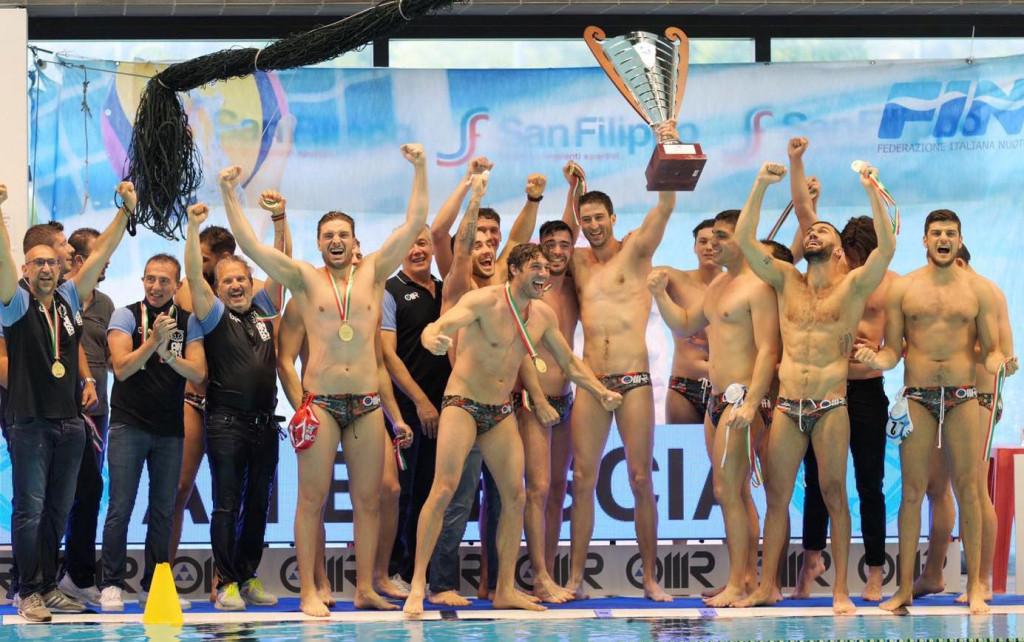 Maro Joković drži pokal prvaka - Župlajnin je s Bresciom dobio u finalu prvenstva Italije PRO Recco s 3:1