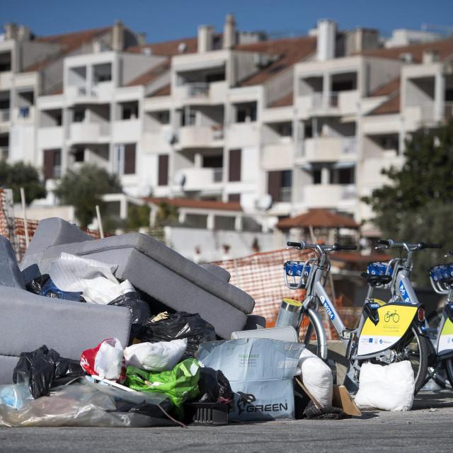 Na Putu Duilova otpad se odlaže uz postaju za javne bicikle