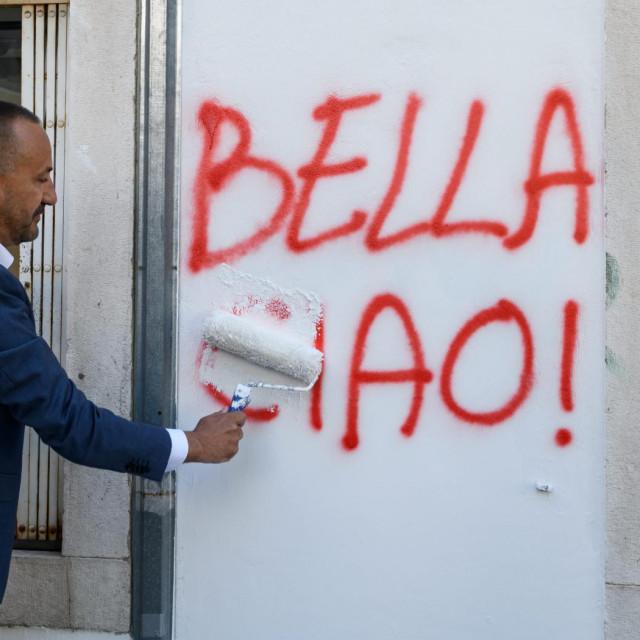 Saborski zastupnik i čelnik Hrvatskih suverenista Hrvoje Zekanović nedavno je prebojao grafit koji je osvanuo na stranačkim prostorijama u Šibeniku