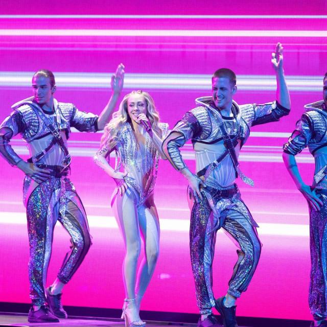 Albini Grčić i plesačima kostime je za nastup na Eurosongu radio Juraj Zigman.