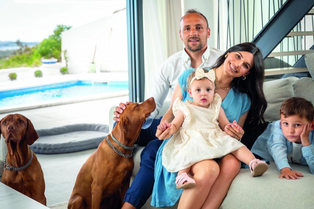 Gordon i Christina u svojoj šibenskoj vili s djecom,četverogodišnjimAlexanderomi jednoipolgodišnjomBellom