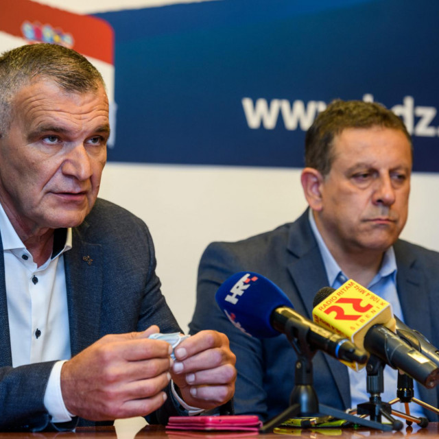 <br /> Nediljko Dujic, predsjednik zupanijskog HDZ-a i Nikola Blazevic, kandidat HDZ-a za gradonacelnika Knina na konfernciji za medije