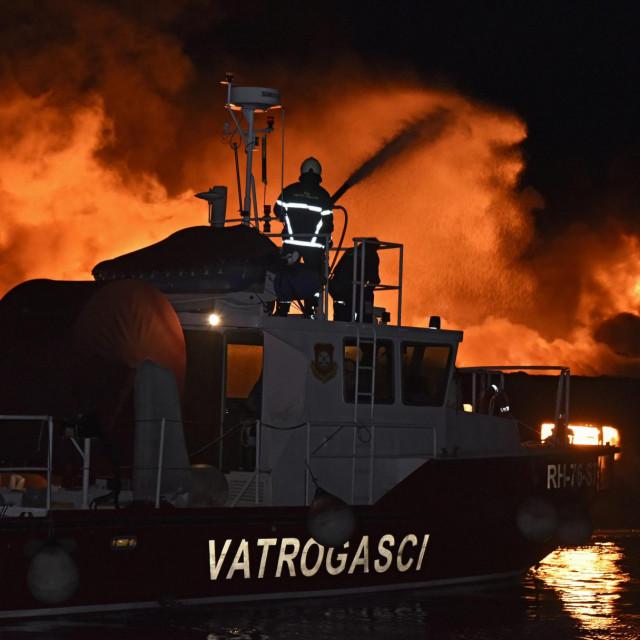 U više navrata su se sa brodova u plamenu čule eksplozije, a posade i turisti su evakulirani