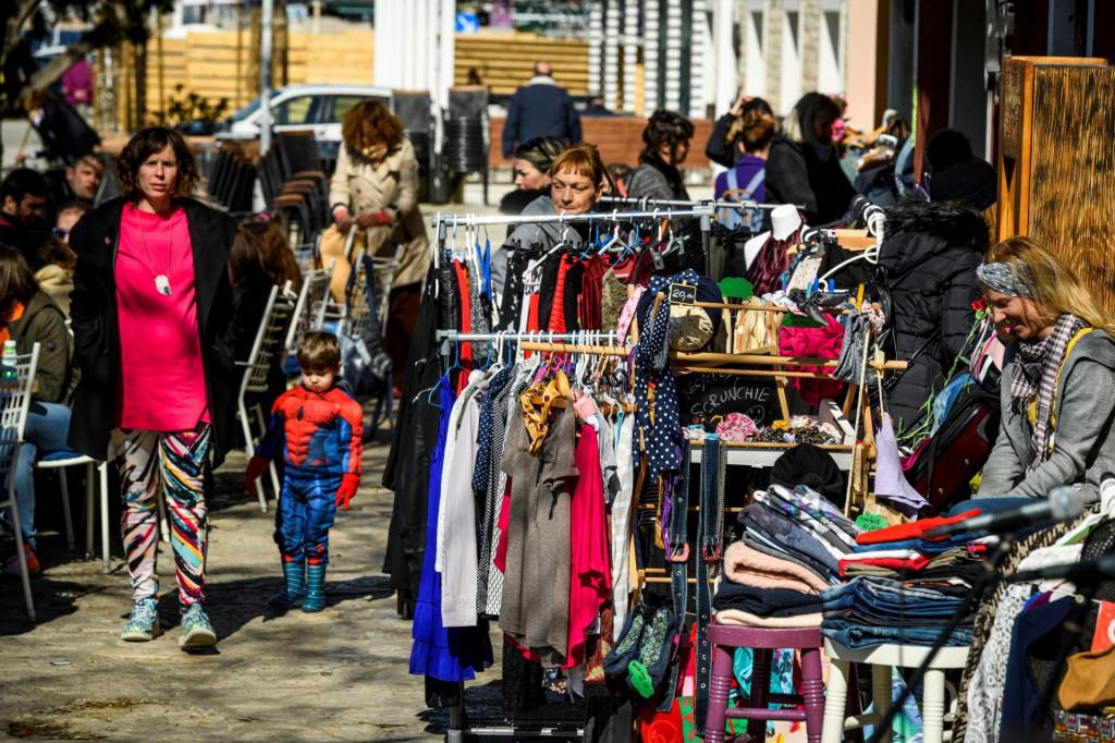 <br /> Ispred kluba Azimut prvi Pop up buvljak sa odjećom, obućom i modnim dodatcima održan je 8. ožujka 2020.<br />