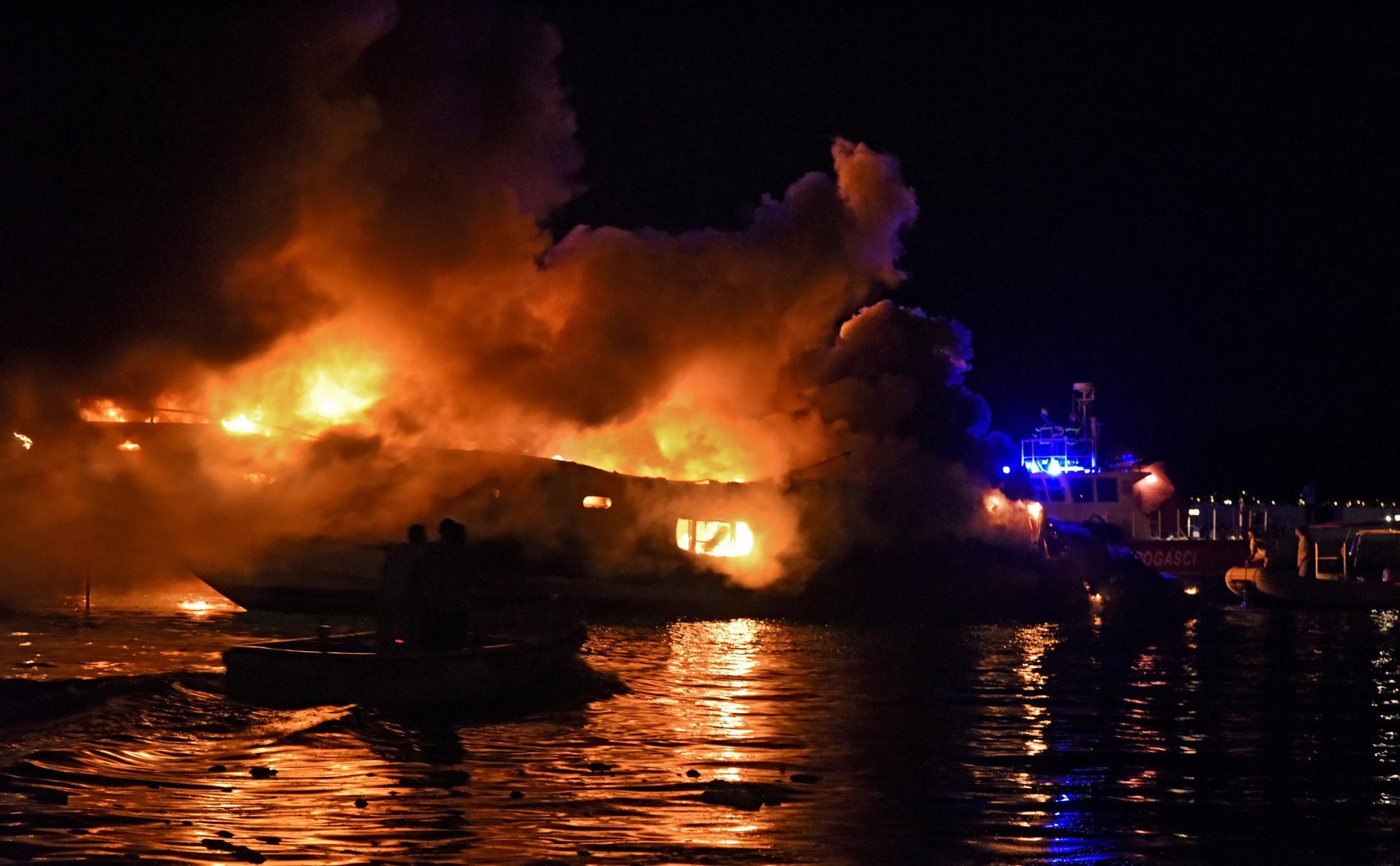 U Kaštelima je izgorjela i skupocjena jahta Milana Popovića, bivšeg partnera splitske pjevačice Severine 18008714
