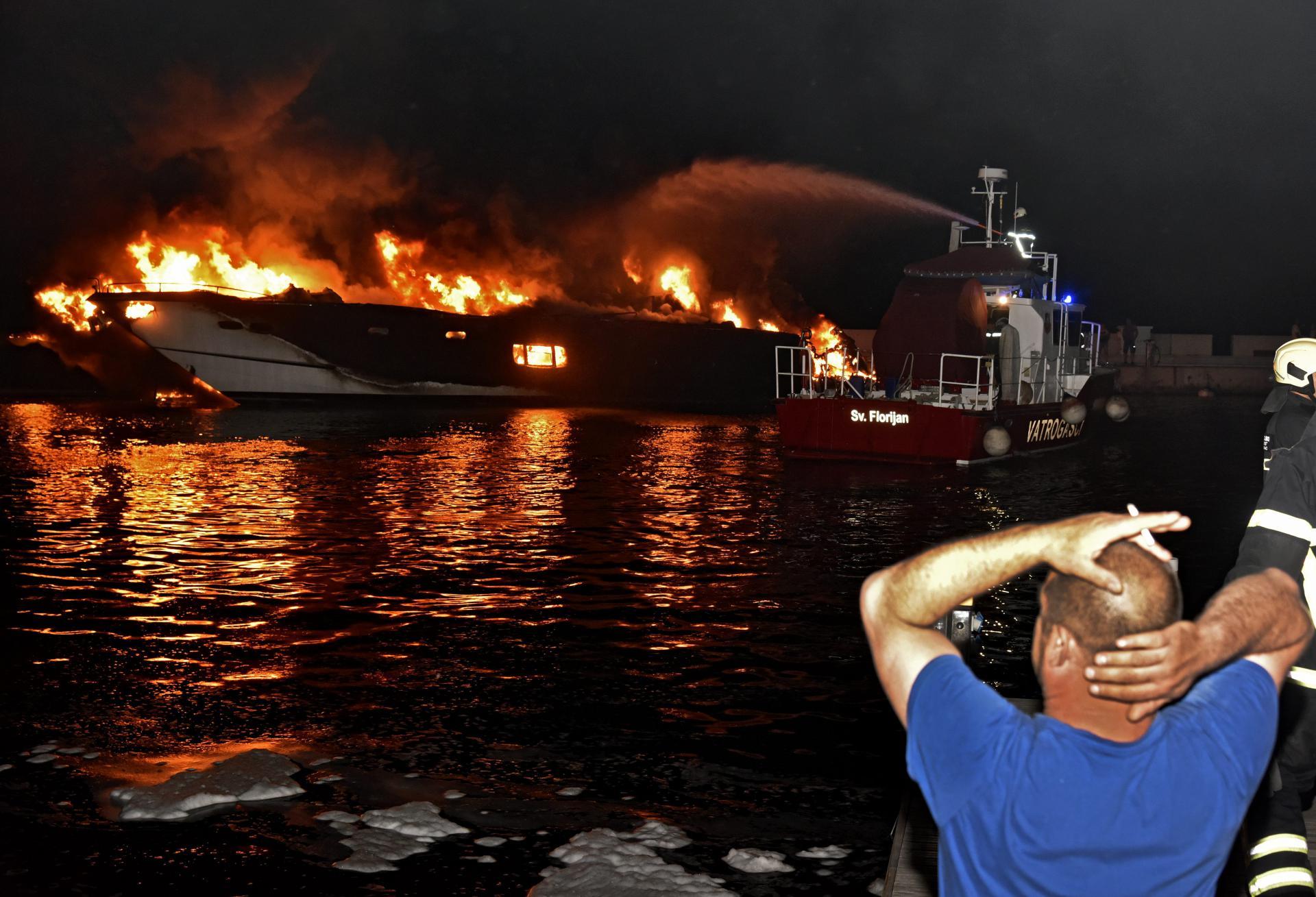U Kaštelima je izgorjela i skupocjena jahta Milana Popovića, bivšeg partnera splitske pjevačice Severine 18008726
