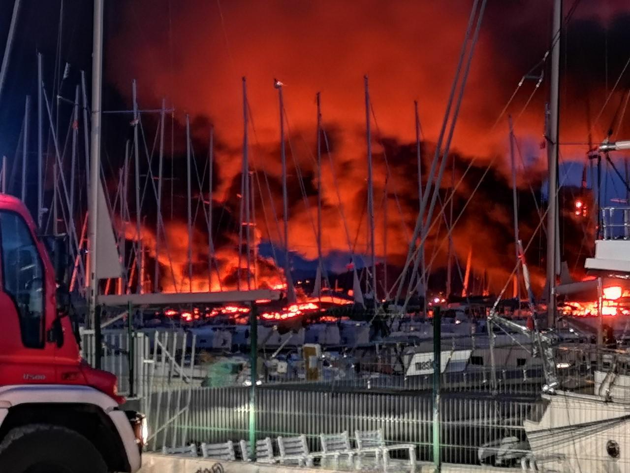 U Kaštelima je izgorjela i skupocjena jahta Milana Popovića, bivšeg partnera splitske pjevačice Severine 18009078