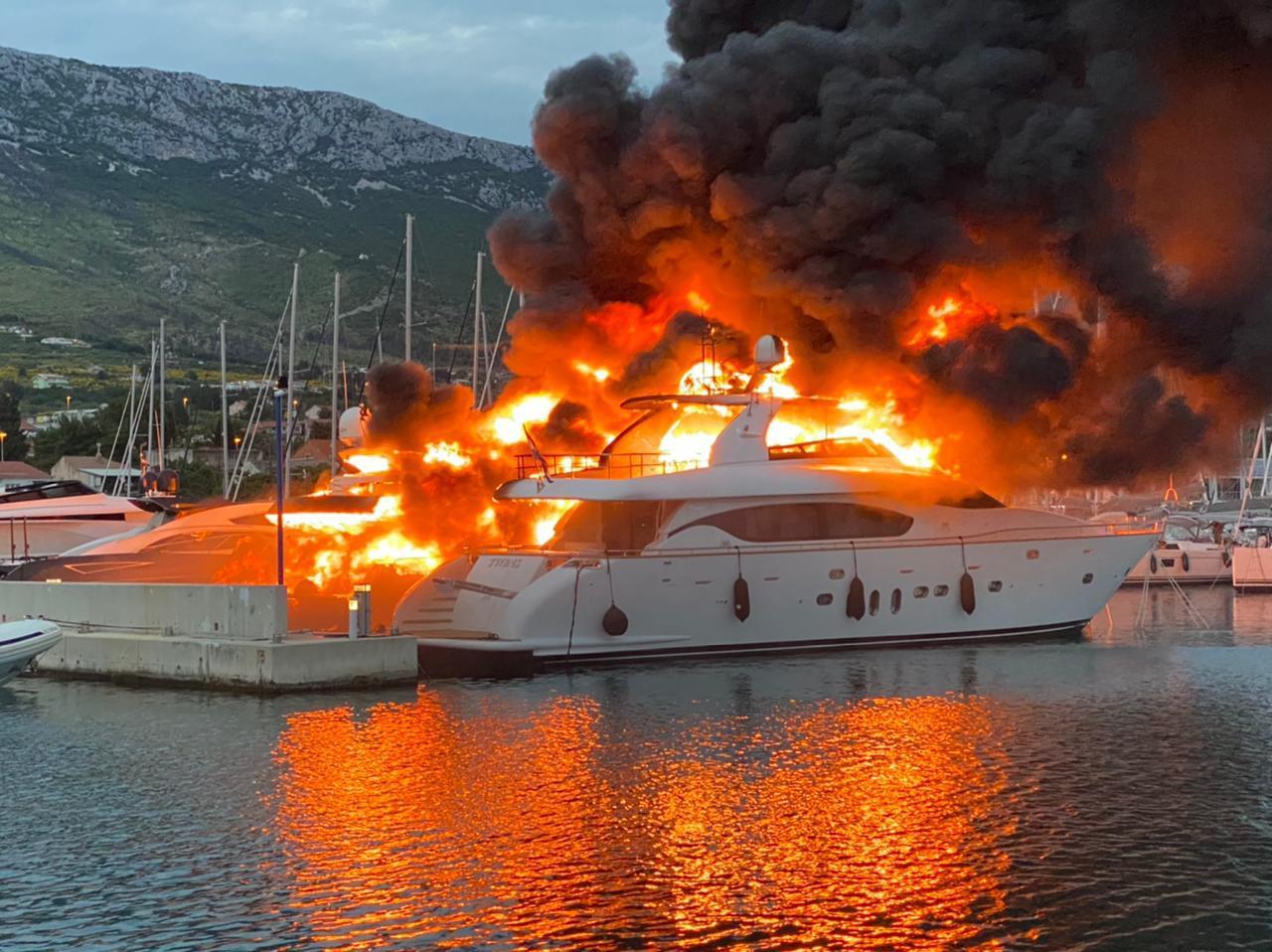 U Kaštelima je izgorjela i skupocjena jahta Milana Popovića, bivšeg partnera splitske pjevačice Severine 18009120
