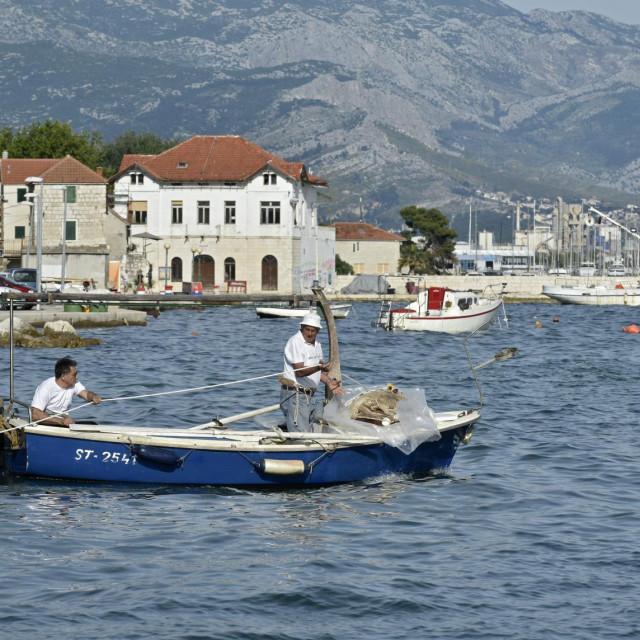 Kretanje brodom u zapasavanje, uz nestrpljive Kašelane i turiste koji su ostali na obali