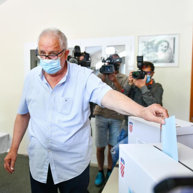U drugom krugu lokalnih izbora kandidat za dubrovačkog gradonačelnika Pero Vićan glasao je u Malom Zatonu