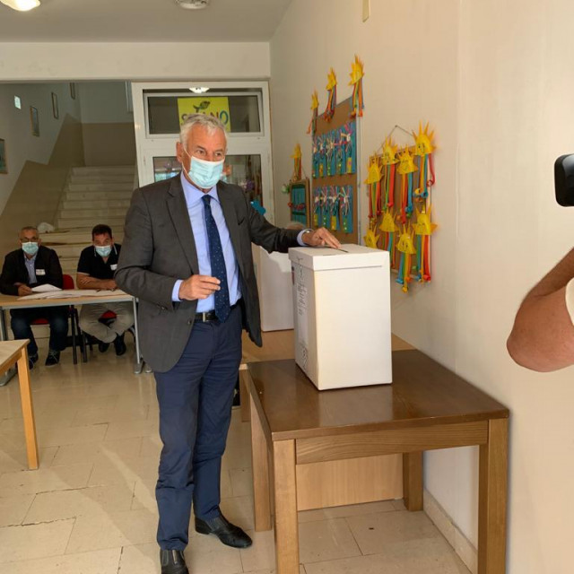 Kandidat HDZ-a za dubrovačko-neretvanskog župana Nikola Dobroslavić glasa u Slanome