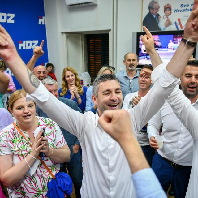 Matu Frankoviću i dubrovačkom HDZ-u u slavlju se pridružio i njihov koalcijski partner Željko Raguž, predsjednik DUSTRA-e.