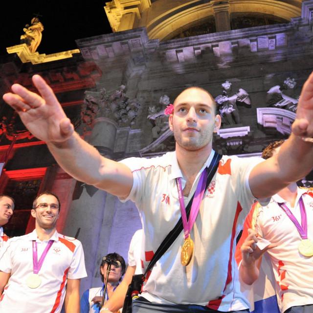 Paulo Obradović slavi na skalinima Crkve svetog Vlaha naslov olimpijskog pobjednika nakon trijumfa u Londonu 2012. godine
