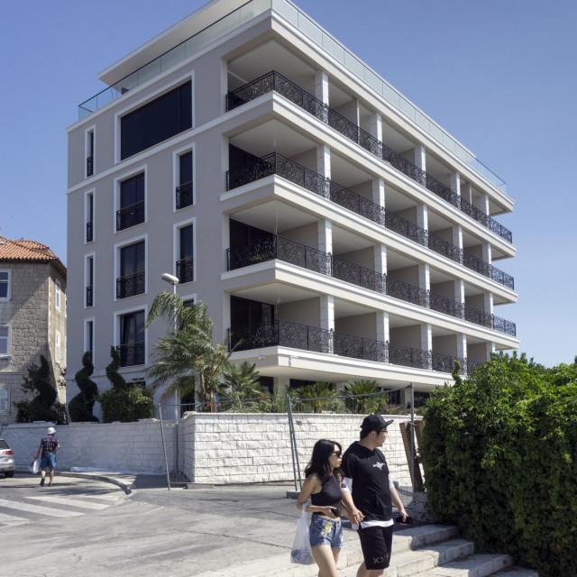 Duvančić i Boban se terete da su na Sikiričino traženje mimo protokola preuzimali zahtjeve za formiranje čestice kako bi omogućili početak gradnje hotela s površinom koja obuhvaća i državnu cestu