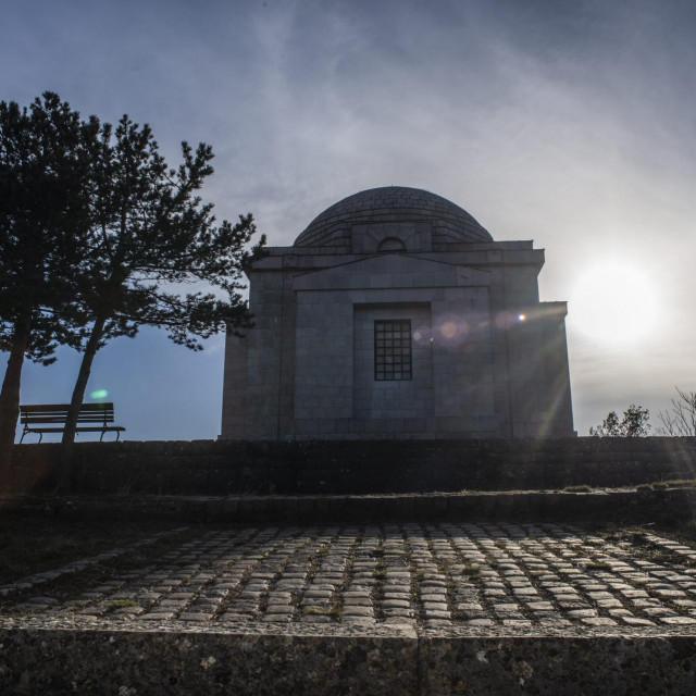 Životni Ivana Meštrovića kraj ćete odmah prepoznati po velikom bijelom zdanju, Meštrovićevu mauzoleju u Otavicama