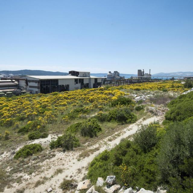Parcele se nalaze iznad pomalo zaboravljene sućuračke željezare, ali i željezničke pruge Split-Knin