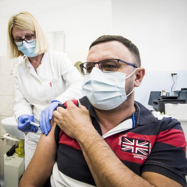 Svi građani koji su cijepljeni prema programu cijepljenja koji je donio HZJZ moraju biti zavedeni u središnjem registru cijepljenih osoba, što je temelj za izdavanje digitalne COVID potvrde o cijepljenju