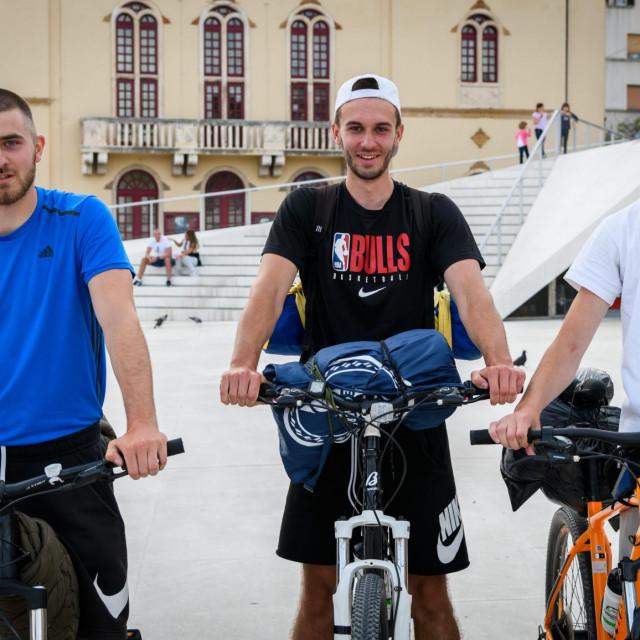Mladi biciklisti u svojoj humanitanoj turi prošli su i kroz Šibenik, a na Poljani im je priređen doček