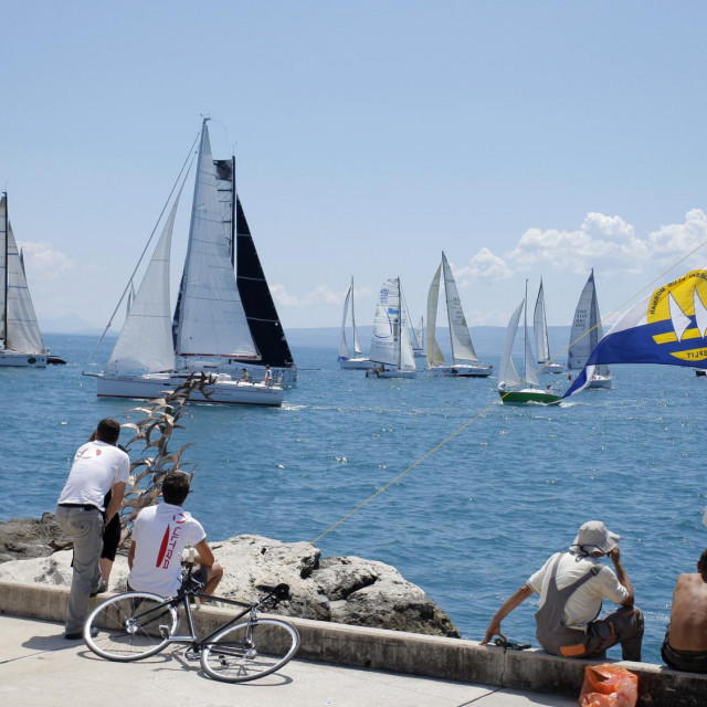 Regata u organizaciji JK Mornar održava se na ruti od Splita do otoka Sušca i nazad, sa samo dvoje jedriličara na brodu