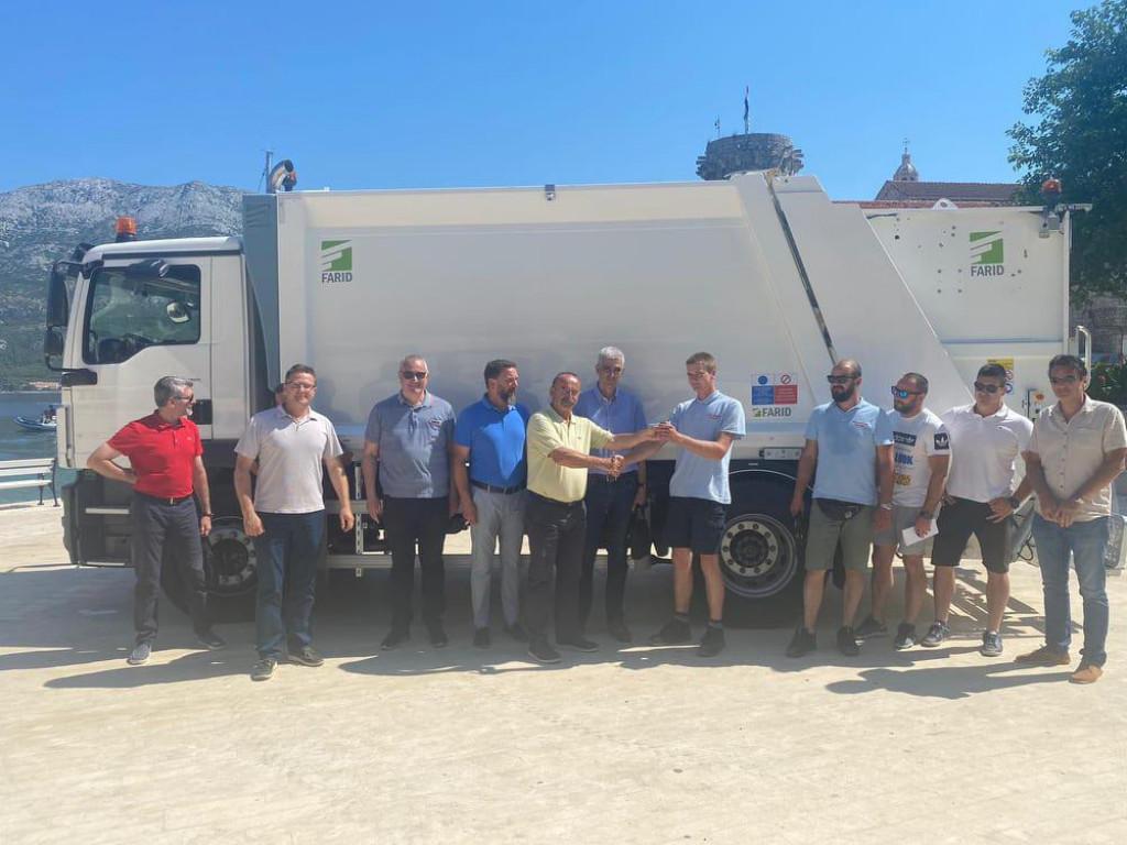 Zaposlenici, članovi NO i tehnički direktor KTD Hobera uz bivšeg gradonačelnika Korčule i njegova zamjenika
