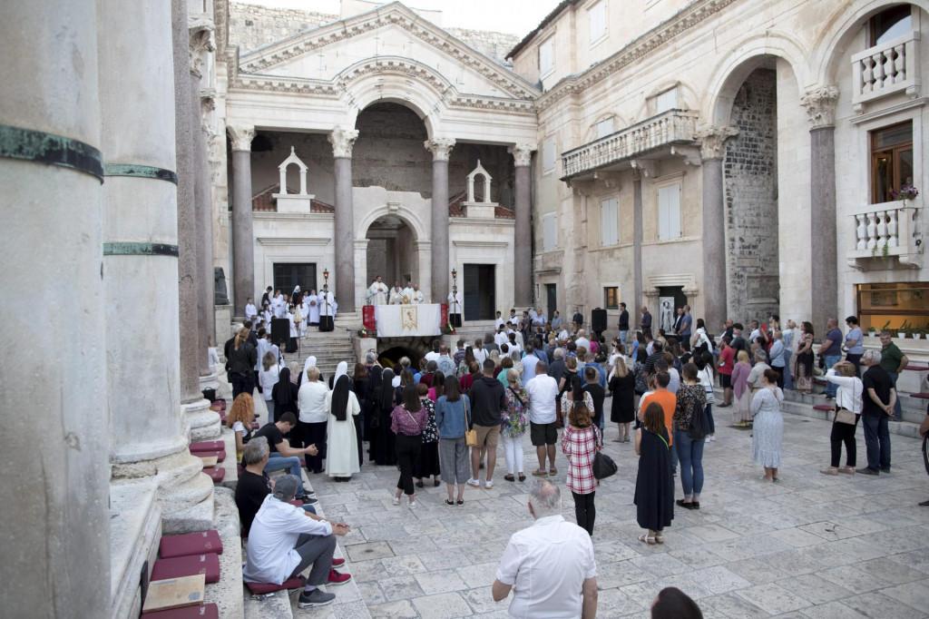 Nadbiskup je s Presvetim Oltarskim Sakramentom blagoslovio nazočne vjernike i grad Split