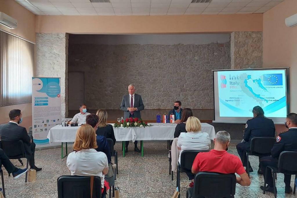 U Domu kulture u Krvavcu upriličeno predstavljanje projekta FIRESPILL i potpisan ugovor o izvođenju radova na izgradnji Centra za obuku operativnih snaga civilne zaštite u Kuli Norinskoj