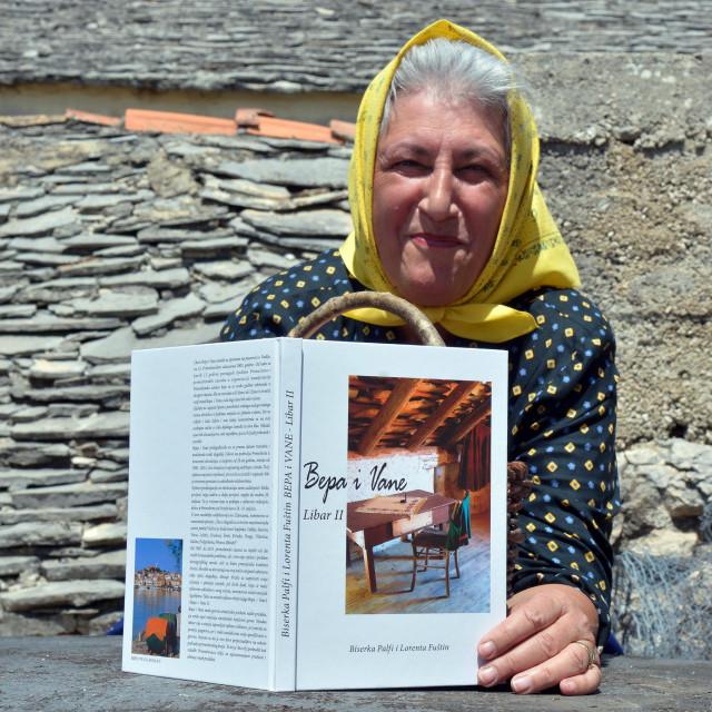 Lorenta Fuštin s Librom koji su napravile ona i njezina prijateljica