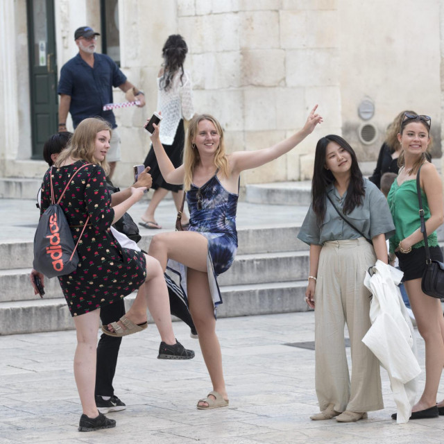 Strani turisti snimljeni jučer na Peristilu