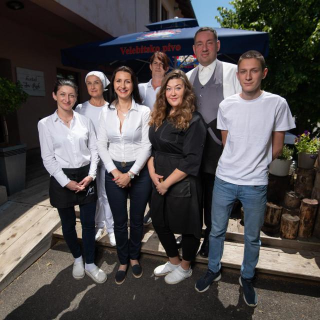 Na fotografiji: s lijeva na desno - Marija iz Ukrajine, Mirjana, Halina iz Ukrajine, vlasnica hostela Ivana Holjevac Bilen, Marko, kuharica Julija iz Ukrajine, Ivan