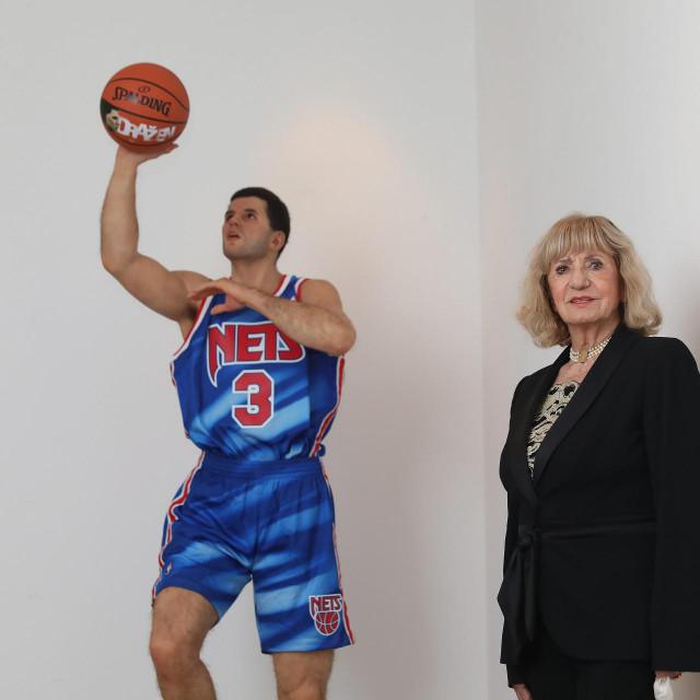 Biserka u Muzeju Dražena Petrovića uz voštanu skulpturu svoga sina, rad umjetnice Elisabeth Daynes