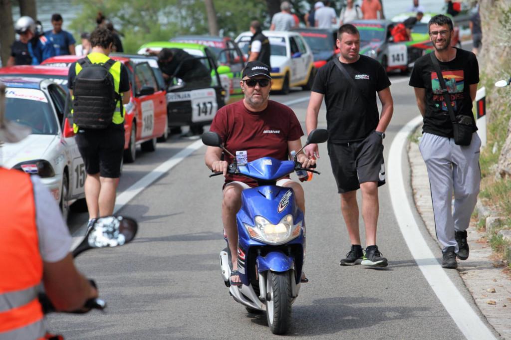 Niko Pulić je u nedjelju stigao na skuteru na start utrke u Skradinu