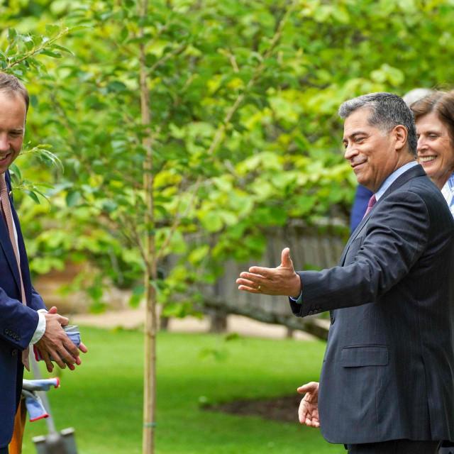 Američki ministar zdravstva i socijalnih usluga Xavier Becerra i britanski ministar zdravstva Matt Hancock u razgovoru