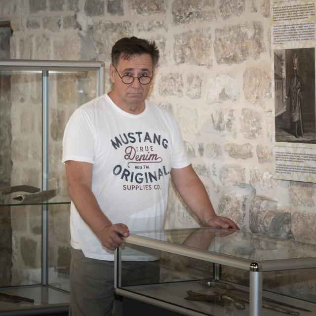 Ravnatelj muzeja Silvio Braica uz jatagan s nakalemljenom drškom kubure