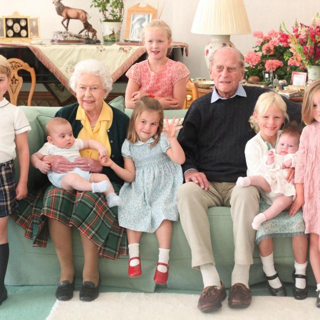 Kraljica Elizabeta sa pokojnim suprugom, princom Phillipom i praunučićima: prinčevima Georgeom i Louisom, Savannah Phillips, princezom Charlotte, Islom Phillips (koja drži Lenu Tindall) i Mijom Tindall