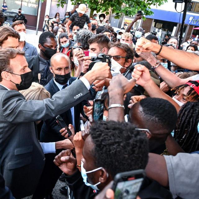 Emmanuelu Macronu pljuska nije otjerala strast za taktilnim odnosom s biračkim tijelom