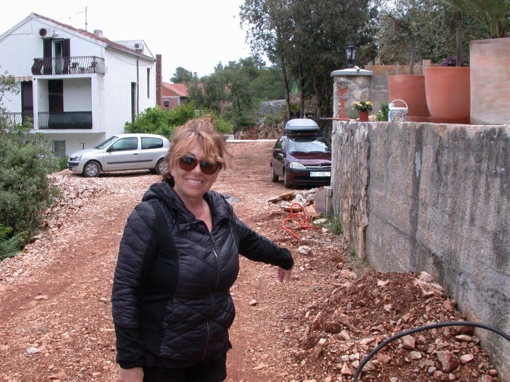 'Vlastitim novcem sam izgradila ovaj put, a nakon ugradnje kanalizacije ostao je praktično neupotrebljiv', ističe Jelka Vraničić, iznajmljivačica iz Vrboske