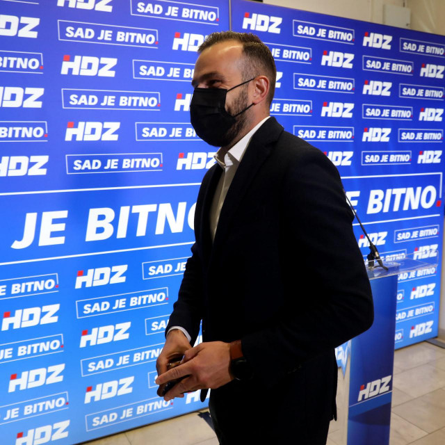 Zagreb, 300521.<br /> Trg zrtava fasizma,sredisnjica HDZ-a.<br /> Vodstvo HDZ-a u ocekivanju rezultata izbora za gradonacelnika Zagreba.<br /> Na fotografiji: Josip Aladrovic.<br />