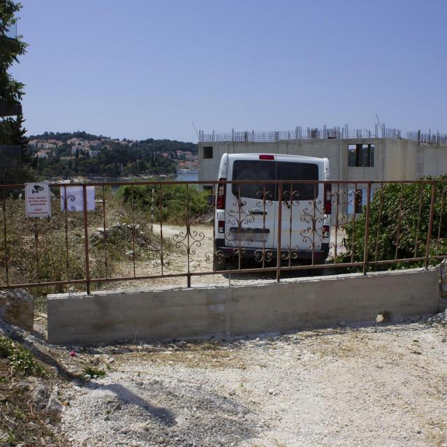Zid na pješačkom putu kojim se hoda da se dođe od hotela Epidaurus do plaža i prirodne šetnice u Prahivcu