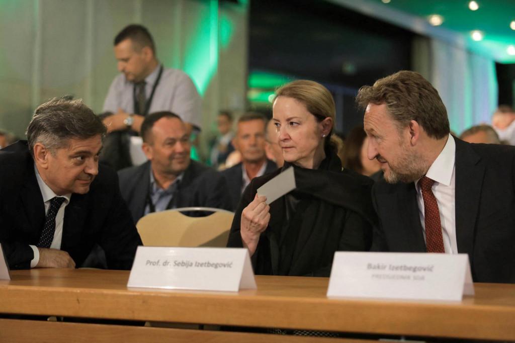 Sebija Izetbegović u udruštvu svog supruga Bakira i Denisa Zvizdića