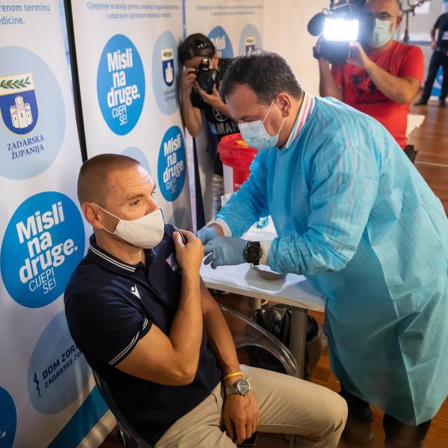 Zadar, 120621<br /> Ministar Vili Beros je danas u Zadru u dvorani Kresimira Cosica s vodstvom KK Zadra promovirao akciju cijepljnja navijaca kluba kao i svih Zadrana.<br /> Na fotografiji: direktor KK Zadar Zeljko Zilavec i ministar Beros.<br />