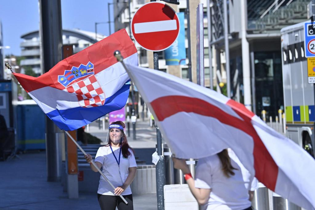 Rijetki hrvatski navijači ispred stadiona Wembley uoči utakmice Vatrenih protiv Engleske na Euru 2020.<br />